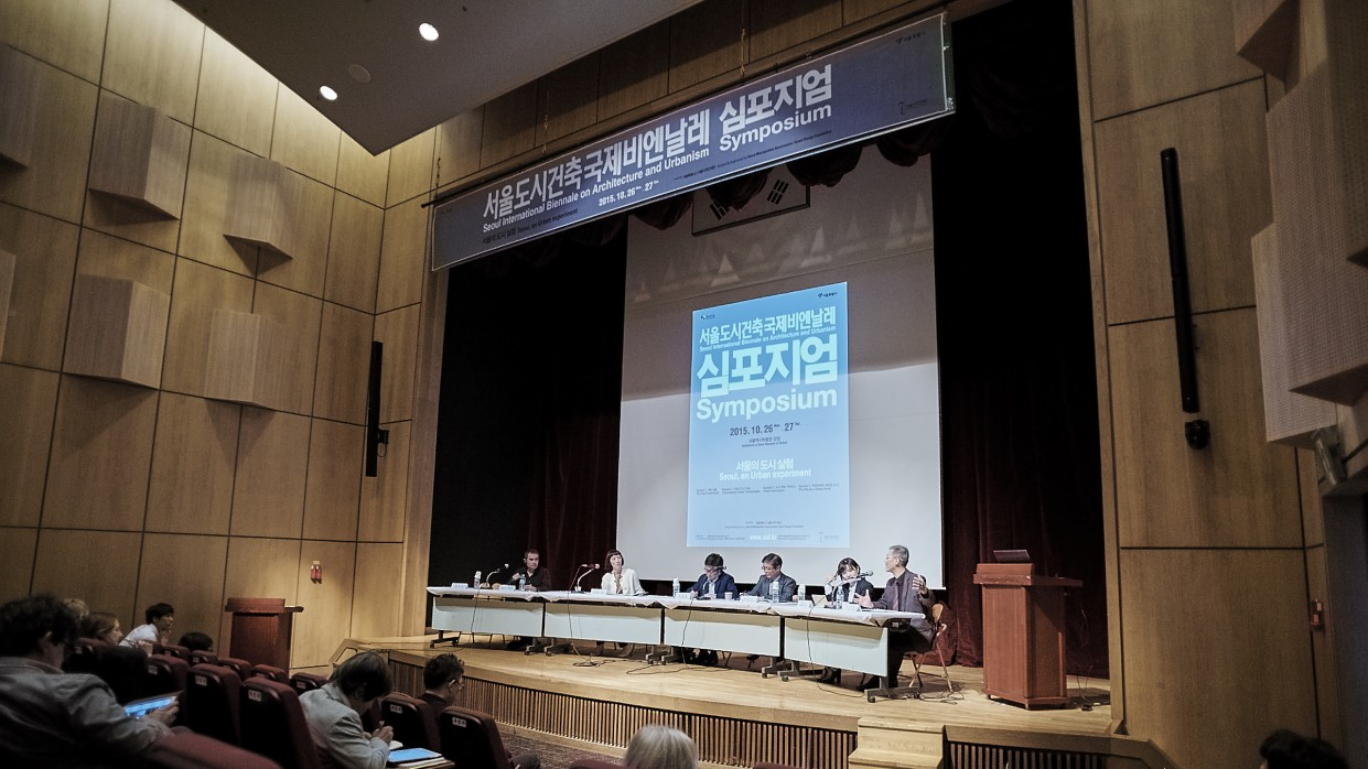 The Seoul Experiment session discussion with Alejandro Zaera-Polo (Director, SIBAU symposium), moderator Sarah Ichioka (New Intentional Communities Project), Myung Rae Cho (Dankook University), Miree Byun (The Seoul Institute) and Chang Heum Byeon (SH Corporation), October 2015, © SIBAU/Pilmo Kang.